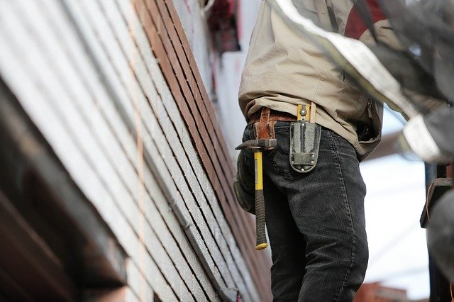 Detail nářadí v opasku stavebního dělníka